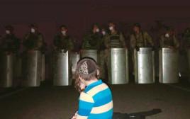 ילד עומד בפני חיילים אוקראינים