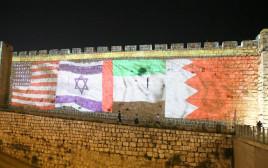 """דגלי ישראל ארה""""ב, בחריין ואיחוד האמירויות על חומות י-ם"""