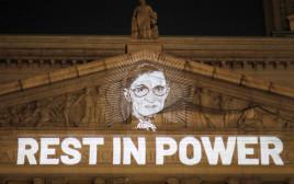 כתובת שהוקרנה לזכרה של רות ביידר גינסבורג על קיר בית המשפט לזכויות אזרח בניו יורק