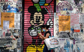 קורונה - אישה עם מסכה ברחובות מדריד