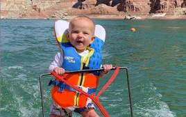 בן החצי שנה עושה סקי מים