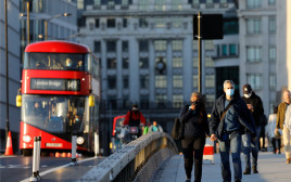 קורונה - אנשים עם מסכה ברחובות לונדון