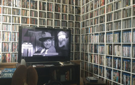רון מיברג צופה בסרט