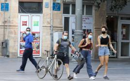 אנשים צועדים ברחוב בימי קורונה