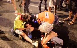 """אחת המפגינות שנזקקה לטיפול רפואי בהפגנה בת""""א"""