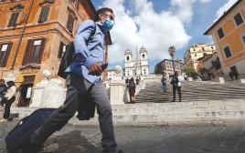 קורונה - אנשים עם מסכה ברומא