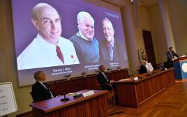 הזוכים בפרס נובל לרפואה: משמאל: הארווי, ג' אלתר, מייקל האוטון, צ'ארלס מ. רייס