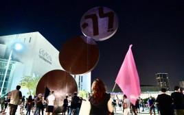 """סיסמת המחאה - המילה """"לך"""" על הפסל ברחבת """"הבימה"""""""