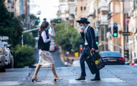 קורונה - אנשים עם מסכה ברחובות בני ברק (למצולמים אין קשר לנאמר בכתבה)