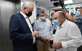 בני גנץ ופרופ' שמואל שפירא במכון הביולוגי