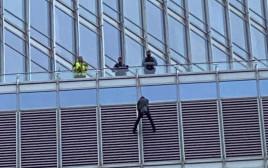צעיר נתלה על מגדל טראמפ