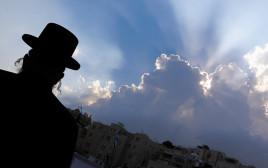 גבר חרדי ברקע השקיעה בירושלים