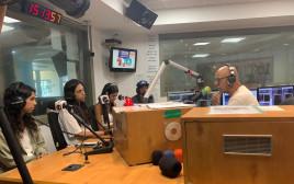 דידי הררי יחד עם בנותיו בשידור
