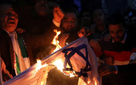 מפגינים סודנים שורפים את דגל ישראל
