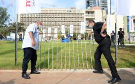 """ראש עיריית תל אביב , רון חולדאי, ויו""""ר ההסתדרות, ארנון בר-דוד, מפילים את הגדר"""