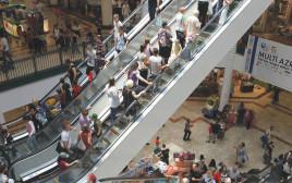 אנשים בקניון