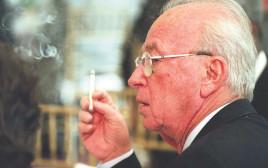 יצחק רבין מעשן סיגריה