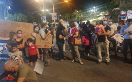 מחאה מחוץ לבית של גנץ