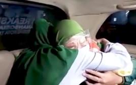 איחוד בין שתי האחיות התאומות אחרי 21 שנים