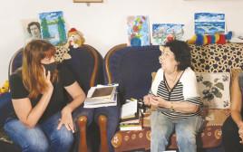 בלה, ניצולת שואה מרחובות במפגש עם מיקי קם וחני נחמיאס