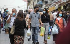 אנשים עם מסכות בשוק מחנה יהודה, ירושלים