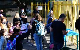 קורונה - תלמידים חוזרים לבתי הספר (למצולמים אין קשר לנאמר בכתבה)