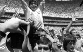 מראדונה מניף את גביע העולם, מקסיקו 1986