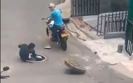 גבר שניסה לגנוב מכסה ביוב - נפל לתוכו
