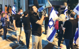 סדי בן שטרית בהפגנה