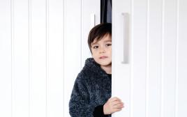 ילד ליד דלת