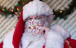 גבר בתחפושת סנטה קלאוס בימי קורונה בניו יורק