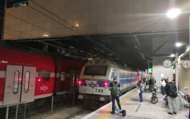 """הרכבת (משמאל) שפגעה באדם שנכנס לשטח המסילה בתחנת ת""""א השלום"""