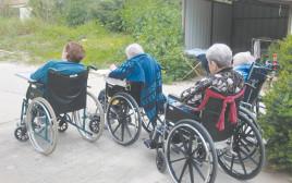 קשישים בכיסאות גלגלים