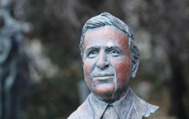 פסלו של הנשיא לשעבר משה קצב