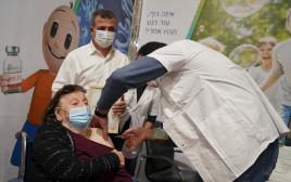 לאה אהרונסון מקבלת חיסון לקורונה ברמת גן