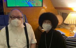 ג'ונתן פולארד ורעייתו אסתר במטוס בדרך לישראל