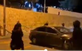 מפגינים תוקפים רכב ובו נוסעים ערבים בירושלים