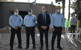 אוחנה ובכירי המשטרה בטקס פיצוח הסוכן