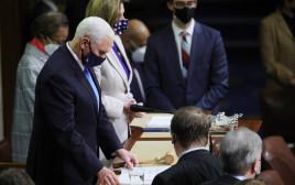 """מהומות בארה""""ב - מייק פנס במהלך ההצבעה בקונגר"""