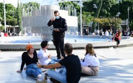 שוטר אוכף את הנחיות הסגר בכיכר דיזנגוף