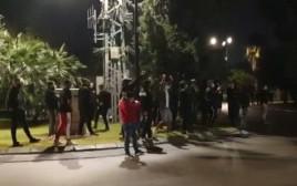 אוהדי הפועל תל אביב מחוץ לבית של שרון ניסנוב