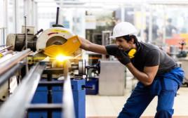 עובד במפעל