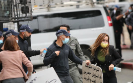 """שוטרים הודפים את ח""""כ סונדוס סאלח בהפגנה בנצרת"""