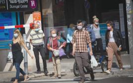 אנשים עם מסכות בתל אביב