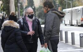 יונתן פולארד משוחח עם אחד מהעוברים והשבים ברחוב