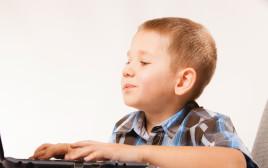 ילד לומד במחשב, אילוסטרציה