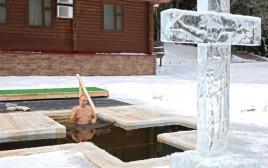 פוטין טובל בבריכה קפואה