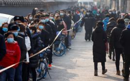 אנשים בתור לבדיקת קורונה בסין