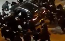חרדים תוקפים ניידת משטרה בבני ברק
