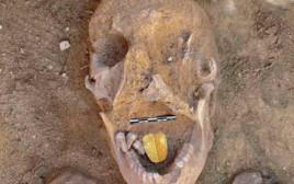 גולגולת עם לשון מזהב